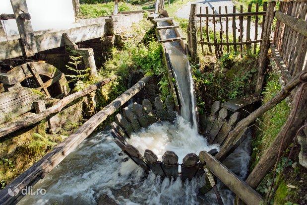 spalatoare-traditionala-din-muzeul-satului-osenesc-din-negresti-oas-judetul-satu-mare.jpg