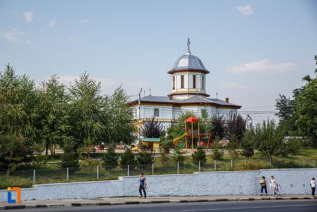 spatiu-verde-cu-biserica-adormirea-maicii-domnului-a-fostei-manastiri-valeni-1680-din-valenii-de-munte-judetul-prahova.jpg