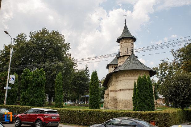 spatiu-verde-cu-biserica-sf-nicolae-prajescu-1611-din-suceava-judetul-suceava.jpg