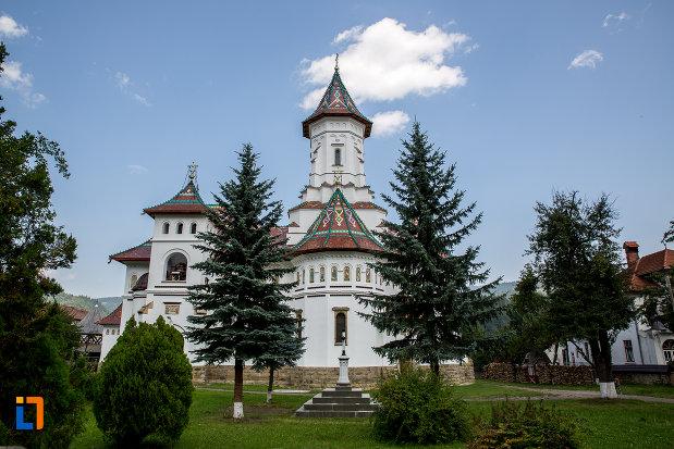 spatiu-verde-cu-catedrala-adormirea-maicii-domnului-din-campulung-moldovenesc-judetul-suceava.jpg