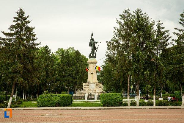 spatiu-verde-cu-monumentul-independentei-din-corabia-judetul-olt.jpg