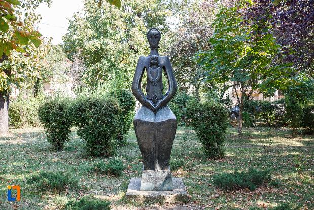 spatiu-verde-cu-statuia-maternitate-din-ploiesti-judetul-prahova.jpg
