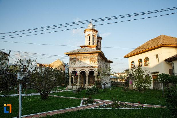 spatiul-verde-de-langa-biserica-veche-intrarea-in-biserica-din-horezu-judetul-valcea.jpg
