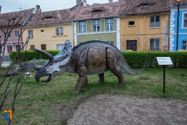 specie-de-dinozaur-vizibila-la-muzeul-de-istorie-naturala-din-sibiu-judetul-sibiu.jpg