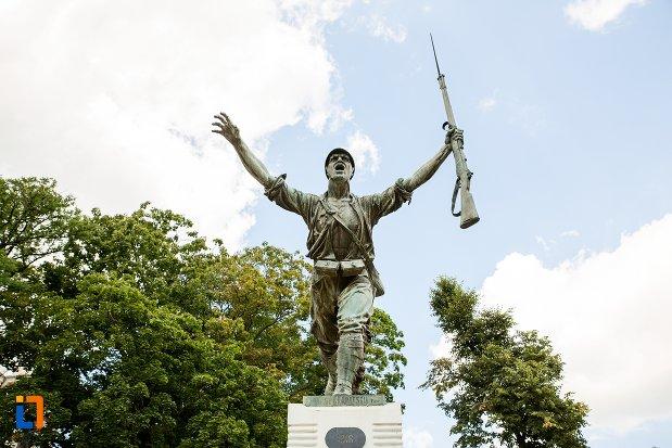 spldatul-de-la-monumentul-eroilor-din-dorohoi-judetul-botosani.jpg