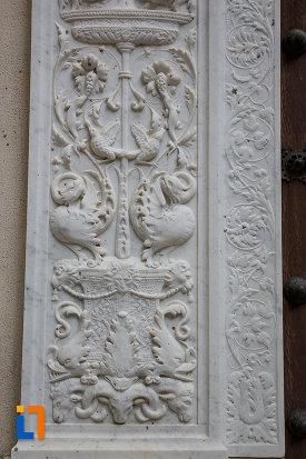 stalp-cu-motive-decorative-castelul-peles-din-sinaia-judetul-prahova.jpg