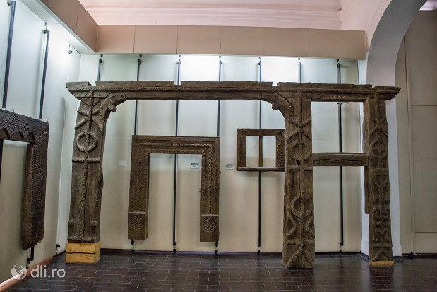 stalpi-de-poarta-din-muzeul-etnografic-al-maramuresului-din-sighetu-marmatiei-judetul-maramures.jpg