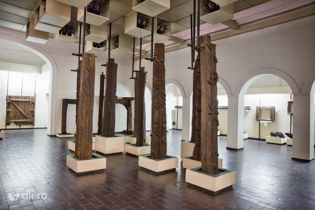 stalpi-din-lemn-sculptati-muzeul-etnografic-al-maramuresului-din-sighetu-marmatiei-judetul-maramures.jpg