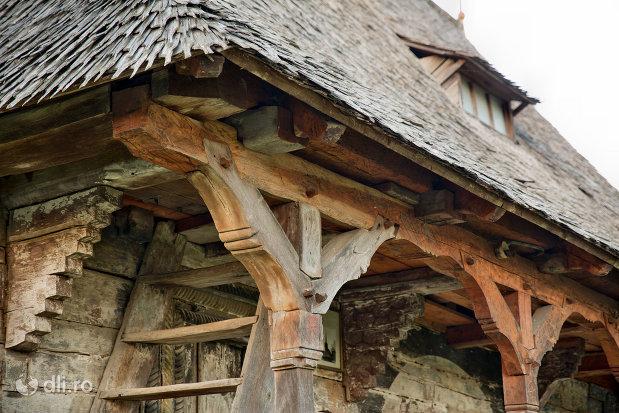 stalpi-sculptati-de-la-biserica-de-lemn-din-creaca-judetul-salaj.jpg
