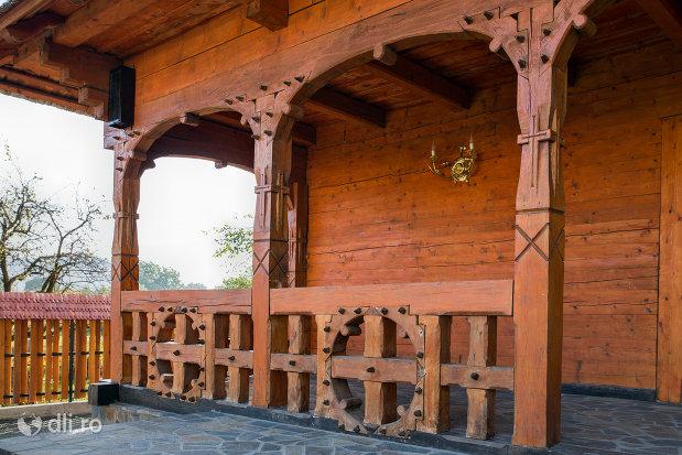 stalpi-sculptati-de-la-biserica-ortodoxa-din-seini-judetul-maramures.jpg