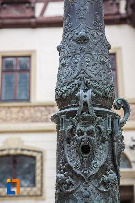 stalpisor-cu-simboluri-sculptate-castelul-peles-din-sinaia-judetul-prahova.jpg