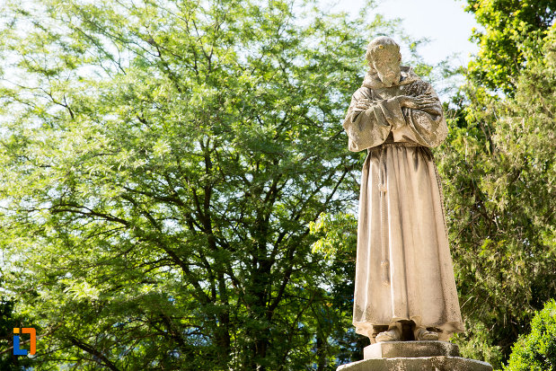 statueta-langa-biserica-romano-catolica-din-galati-judetul-galati.jpg