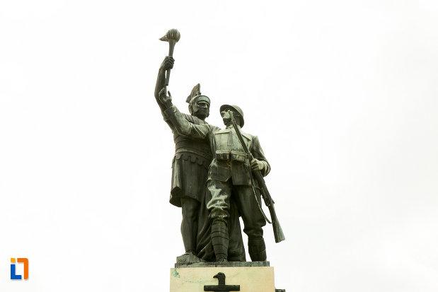 statui-cu-razboinici-monumentul-eroilor-din-primul-razboi-mondial-din-drobeta-turnu-severin-judetul-mehedinti.jpg