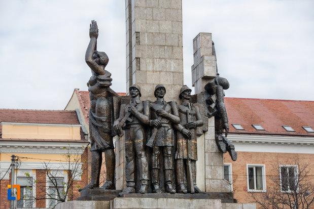 statui-de-pe-monumentul-glorie-ostasului-roman-din-cluj-napoca-judetul-cluj.jpg