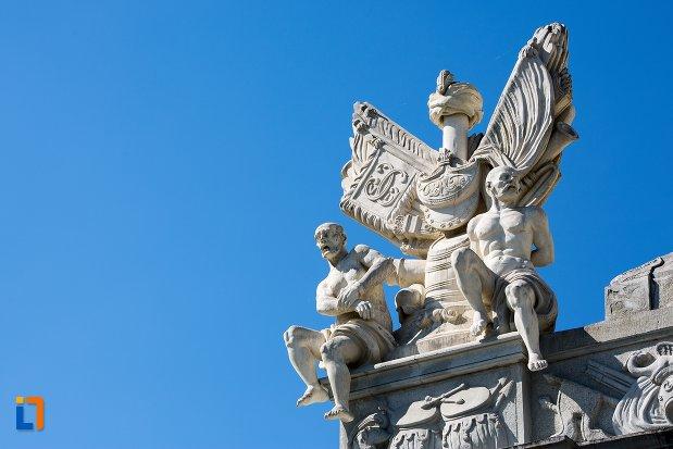 statui-de-pe-poarta-a-iii-a-a-cetatii-din-alba-iulia-judetul-alba.jpg