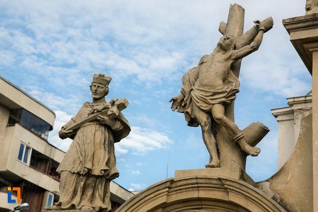 statui-la-intrarea-in-biserica-romano-catolica-sf-pertu-din-cluj-napoca-judetul-cluj.jpg