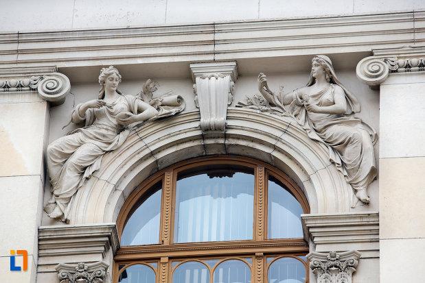 statui-langa-fereastra-universitatea-babes-bolyai-din-cluj-napoca-judetul-cluj.jpg