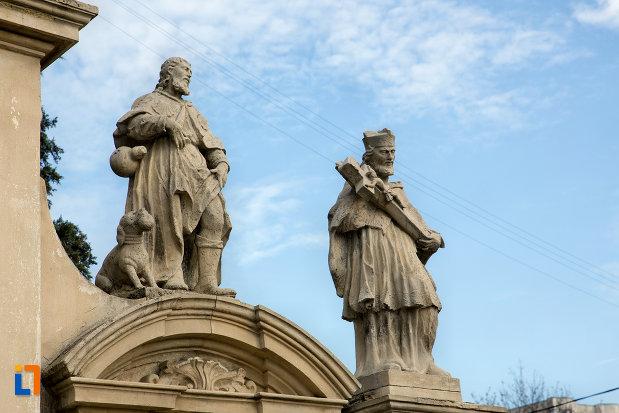 statui-pe-poarta-de-la-biserica-romano-catolica-sf-pertu-din-cluj-napoca-judetul-cluj.jpg