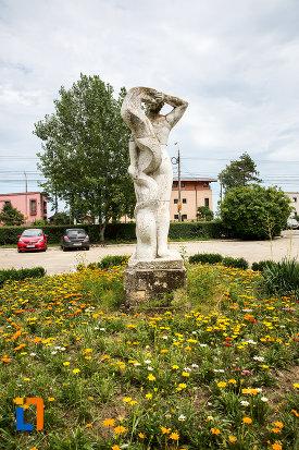statuia-cultura-fizica-din-eforie-nord-judetul-constanta-vazuta-din-spate.jpg