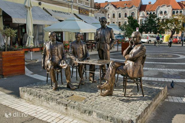 statuia-cum-membrii-fondatori-ai-societatii-literare-a-holnap-din-oradea-judetul-bihor-vazuta-din-lateral.jpg