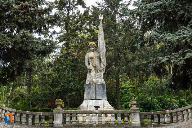 statuia-de-pe-monumentul-independentei-din-ramnicu-valcea-judetul-valcea.jpg