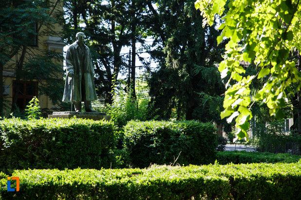 statuia-dr-karl-diel-din-jimbolia-judetul-timis-imagine-de-la-distanta.jpg