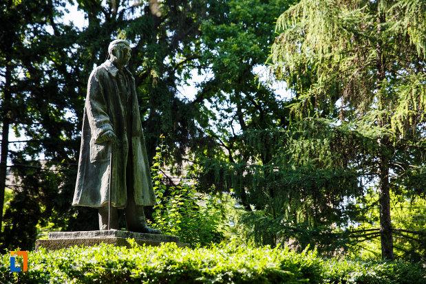 statuia-dr-karl-diel-din-jimbolia-judetul-timis-vazuta-din-lateral.jpg