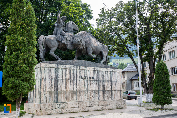 statuia-dragos-voda-si-zimbrul-din-campulung-moldovenesc-judetul-suceava.jpg