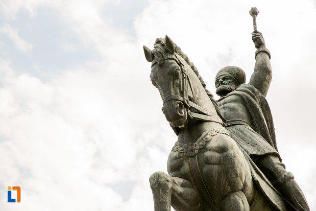 statuia-ecvestra-a-lui-mihai-viteazul-din-alba-iulia-judetul-alba-in-prim-plan.jpg