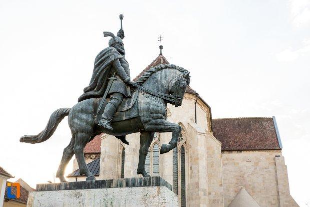 statuia-ecvestra-a-lui-mihai-viteazul-din-alba-iulia-judetul-alba-vazuta-din-lateral.jpg