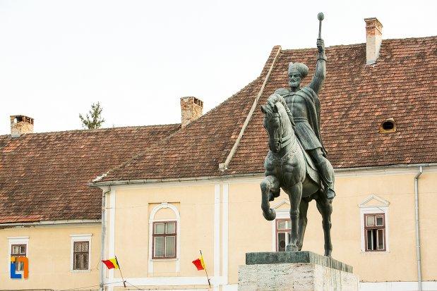 statuia-ecvestra-a-lui-mihai-viteazul-din-alba-iulia-judetul-alba.jpg