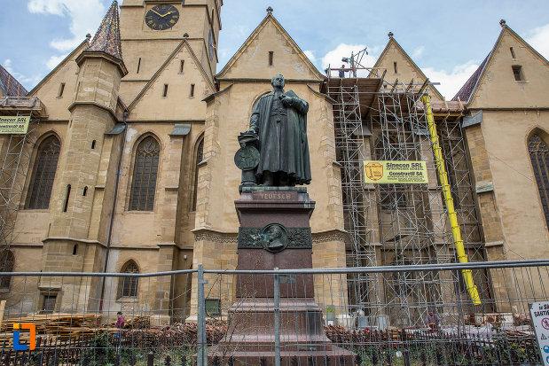 statuia-episcopului-georg-daniel-teutsch-1899-din-sibiu-judetul-sibiu-vazuta-din-departare.jpg