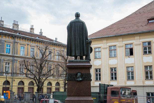 statuia-episcopului-georg-daniel-teutsch-1899-din-sibiu-judetul-sibiu-vazuta-din-spate.jpg