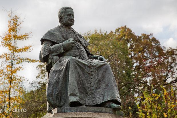 statuia-episcopului-tordai-szaniszlo-laszlo-din-oradea-judetul-bihor-vazuta-din-fata.jpg