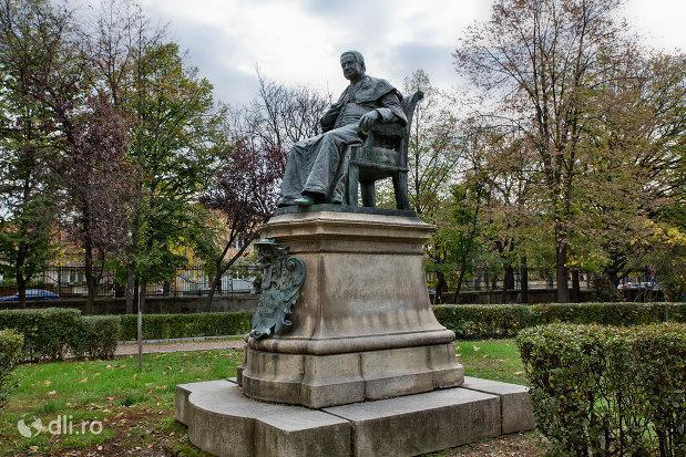 statuia-episcopului-tordai-szaniszlo-laszlo-din-oradea-judetul-bihor-vazuta-din-lateral.jpg