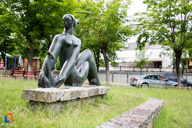statuia-fata-cu-floare-din-eforie-nord-judetul-constanta-vazuta-din-lateral.jpg