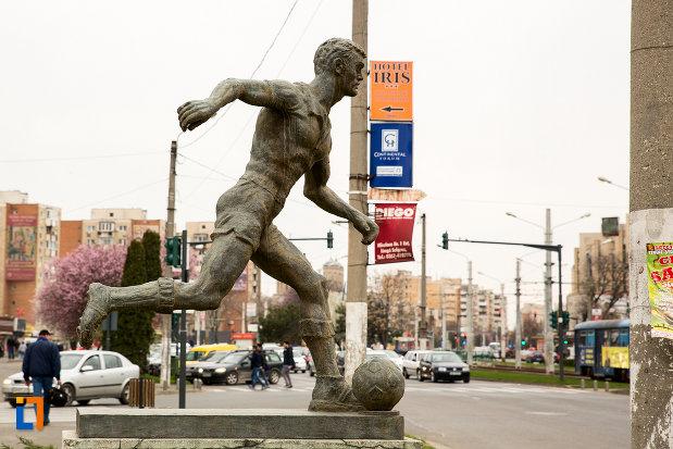 statuia-fotbalistului-din-arad-judetul-arad-vazuta-din-lateral.jpg