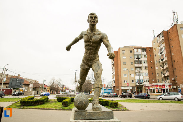 statuia-fotbalistului-din-arad-judetul-arad.jpg