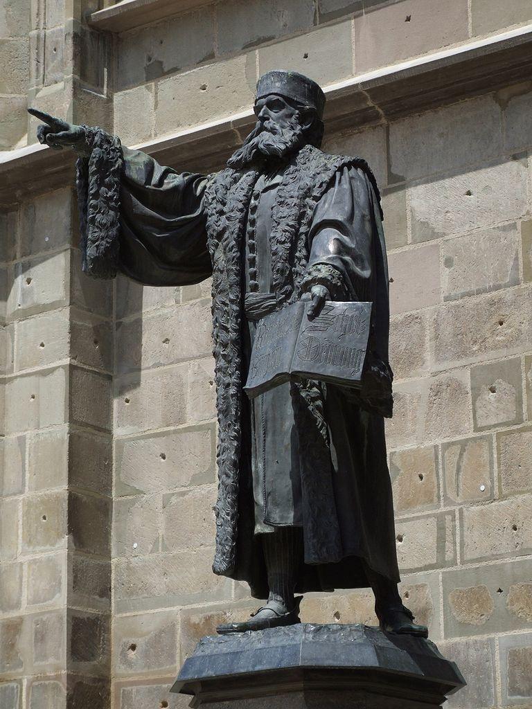 statuia lui Johannes Honterus