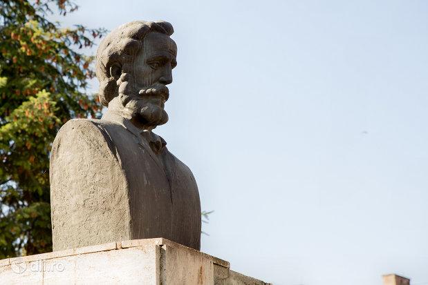 statuia-lui-aexandru-papiu-ilarian-din-zalau-judetul-salaj.jpg