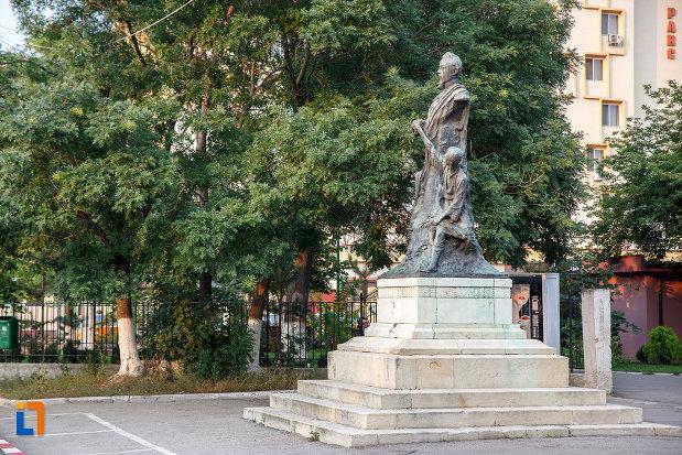 statuia-lui-alexandru-ioan-cuza-din-alexandria-judetul-teleorman-vazuta-din-lateral.jpg