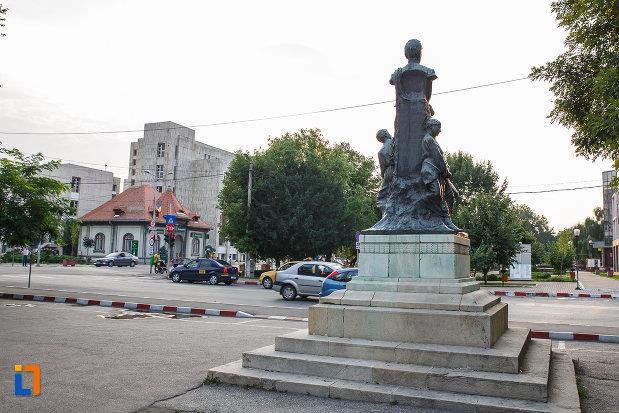 statuia-lui-alexandru-ioan-cuza-din-alexandria-judetul-teleorman-vazuta-din-spate.jpg