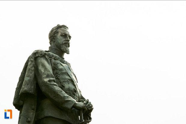 statuia-lui-alexandru-ioan-cuza-din-craiova-judetul-dolj-vazuta-din-lateral.jpg