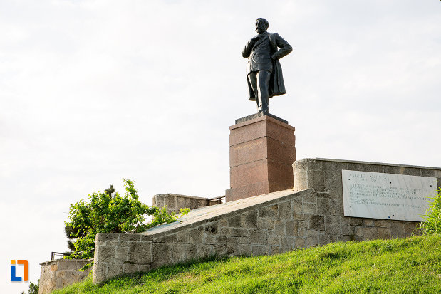 statuia-lui-anghel-saligny-din-constanta-judetul-constanta-vazuta-din-depatare.jpg