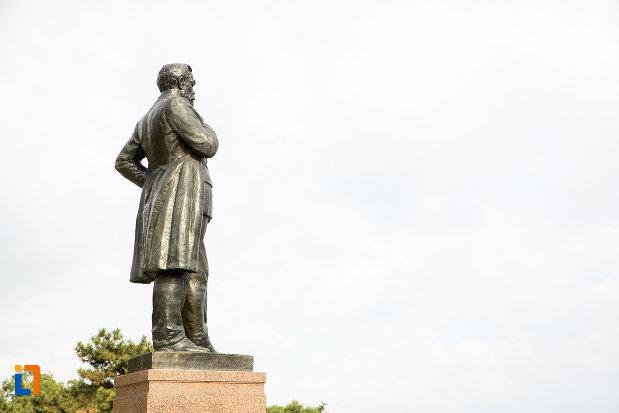 statuia-lui-anghel-saligny-din-constanta-judetul-constanta-vazuta-din-lateral.jpg