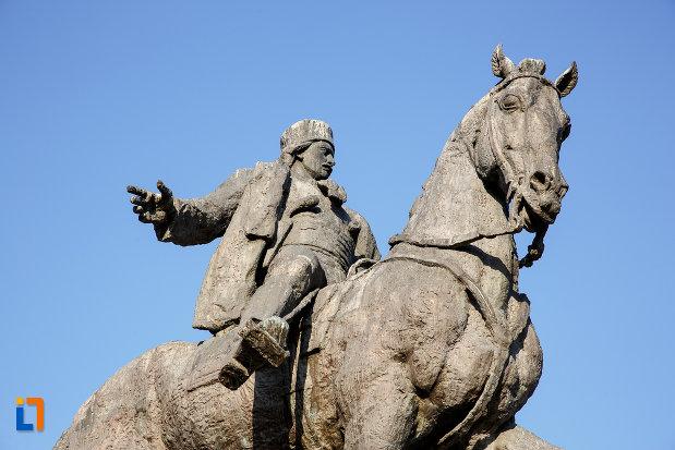 statuia-lui-avram-iancu-din-targu-mures-judetul-mures-vazuta-de-jos.jpg