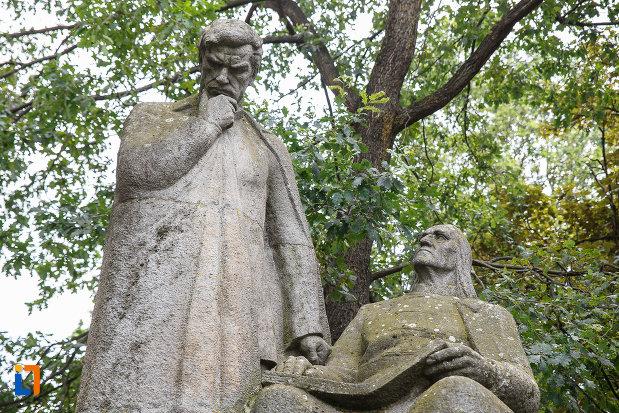 statuia-lui-bolyai-farkas-si-bolyai-janos-din-targu-mures-judetul-mures-vazuta-de-jos.jpg