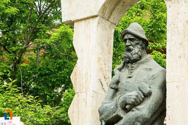 statuia-lui-constantin-brancusi-din-targu-jiu-judetul-gorj-vazuta-din-lateral.jpg
