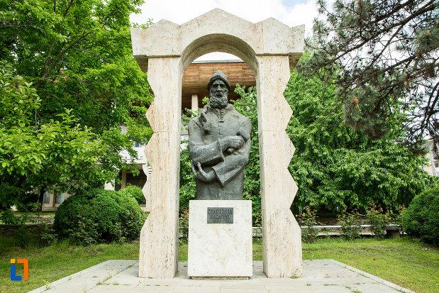 statuia-lui-constantin-brancusi-din-targu-jiu-judetul-gorj.jpg