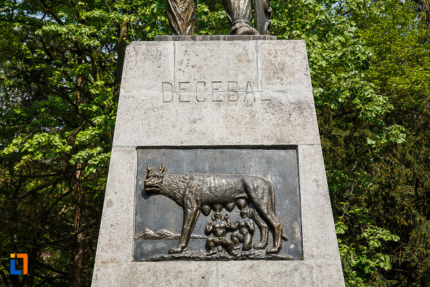 statuia-lui-decebal-din-deva-judetul-hunedoara-basorelief-cu-lupoaica.jpg